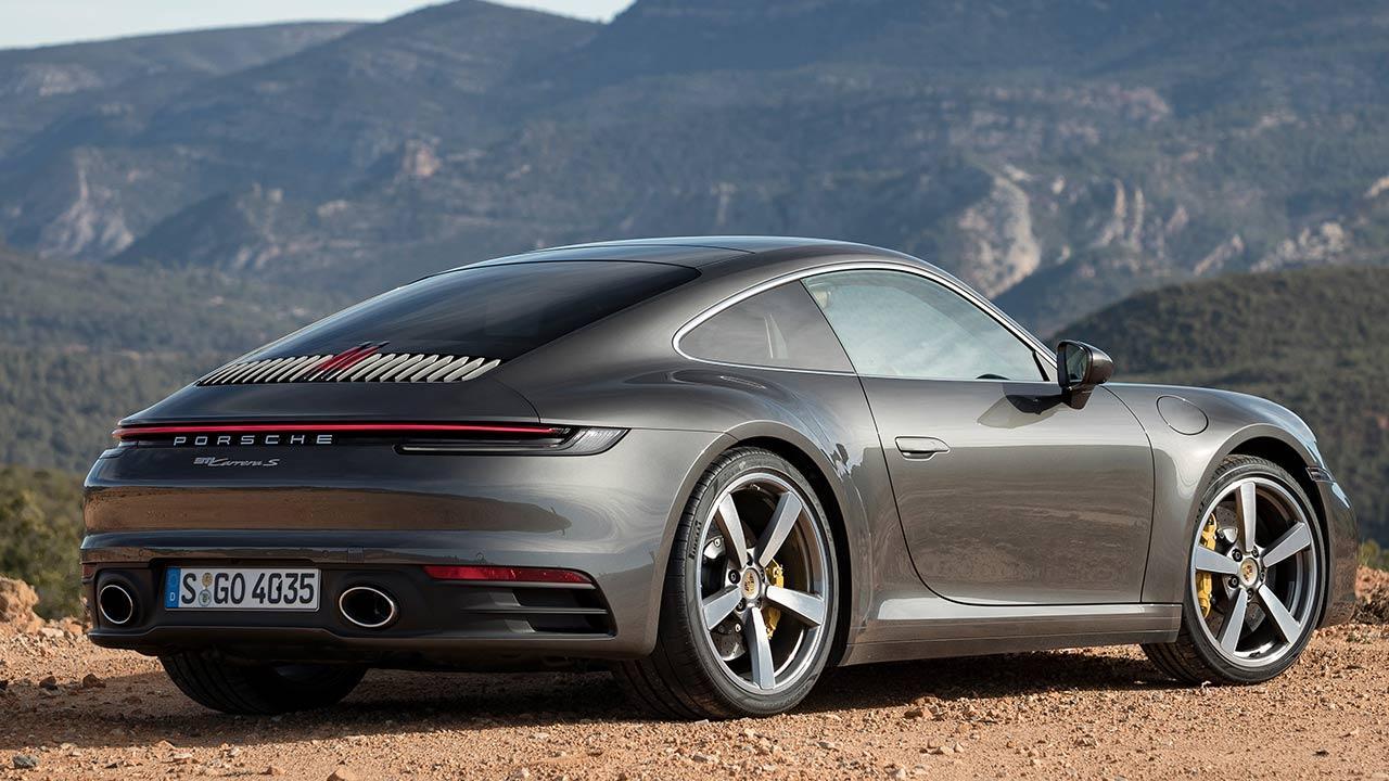 Porsche 911 Carrera S Coupé - seitliche Heckansicht