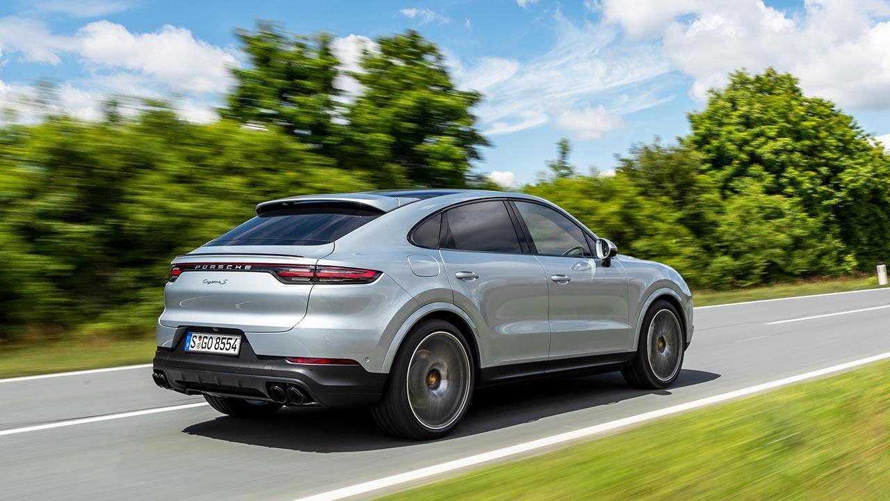 Porsche Cayenne S Coupé - Heckansicht auf der Landstraße