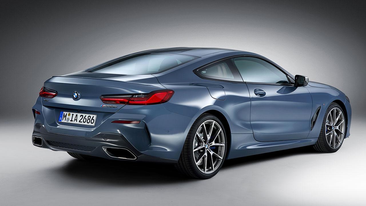 BMW M8 Coupé - seitliche Heckansicht