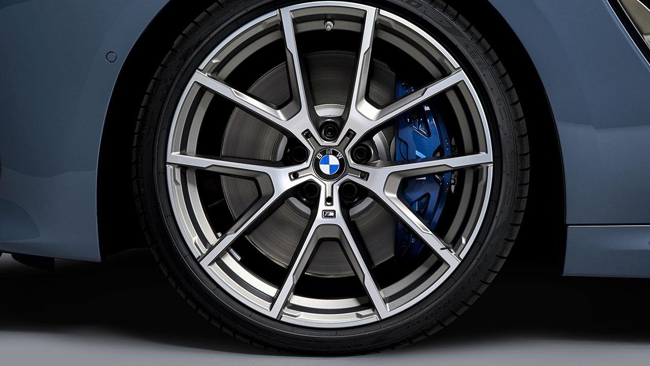 BMW M8 Coupé - Reifen mit Bremssattel in blau