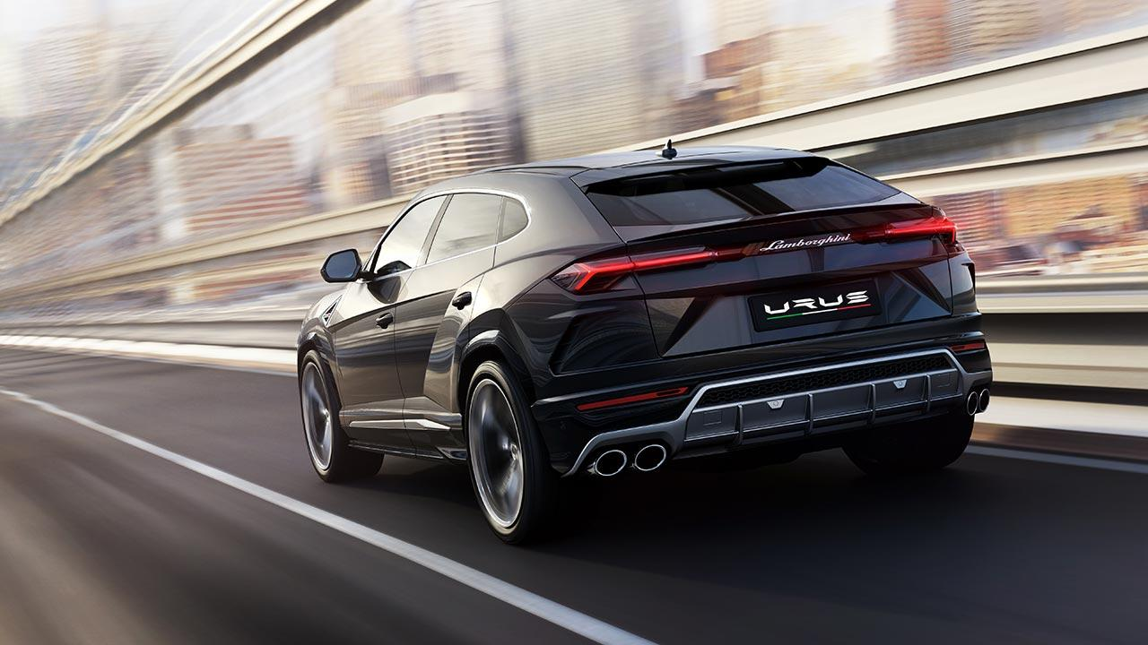 Lamborghini Urus - Heckansicht auf der Straße