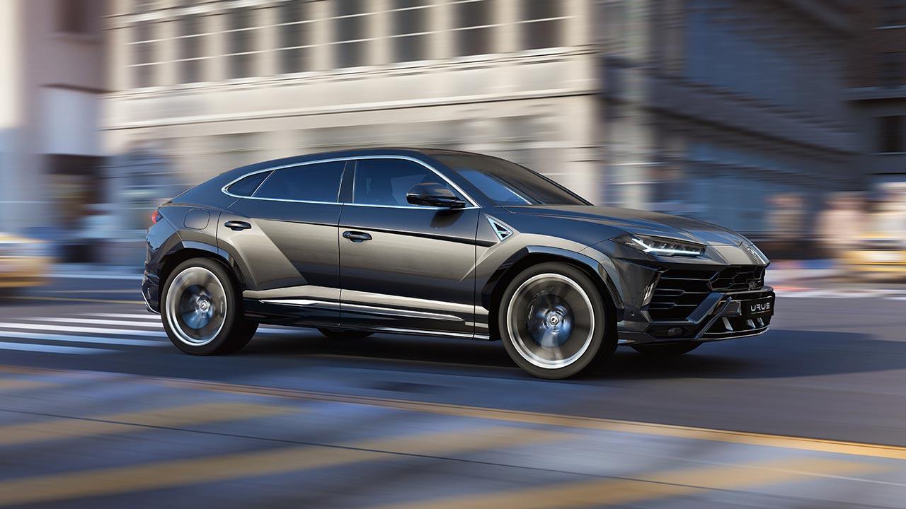Lamborghini Urus -  Seitenansicht auf der Straße