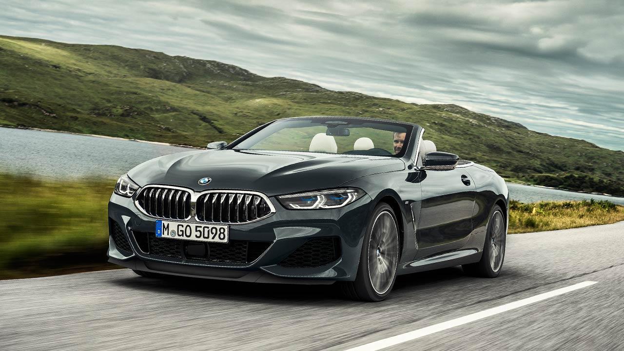 BMW M8 Cabriolet - in voller Fahrt mit offenem Verdeck