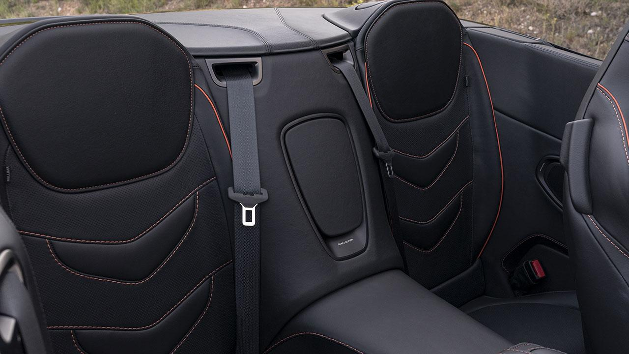 Aston Martin DBS Superleggera Volante - sportliche Rücksitze