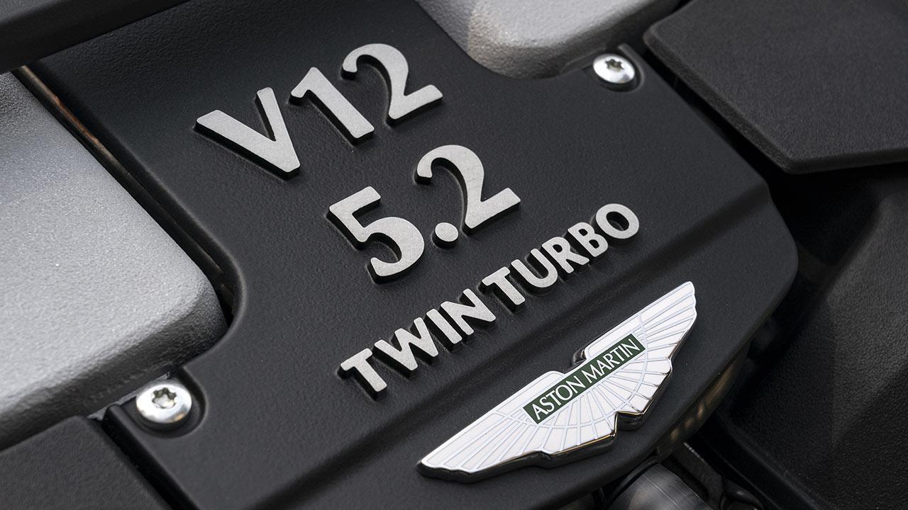 Aston Martin DBS Superleggera Volante - V12 Motor Emblem mit Logo