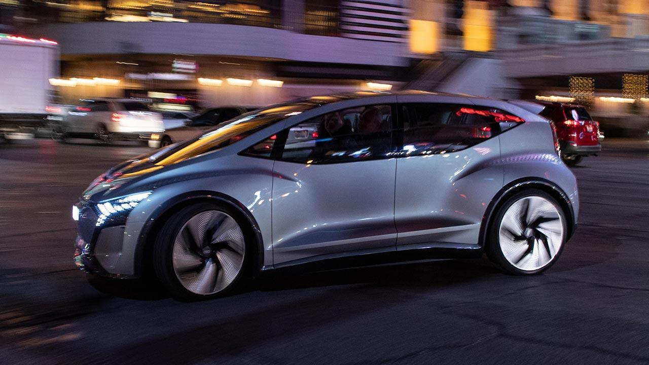 Audi AI:ME - im abendlichen Stadtverkehr