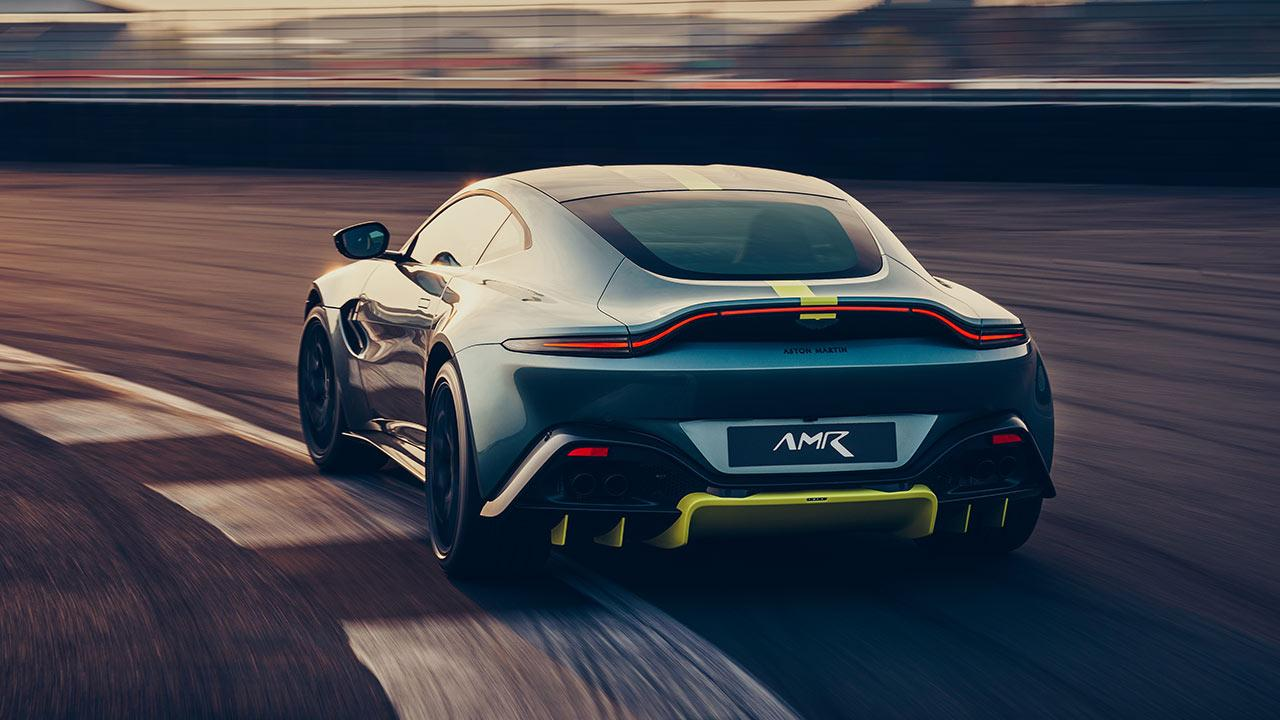 Aston Martin Vantage AMR - Heckansicht auf der Rennstrecke