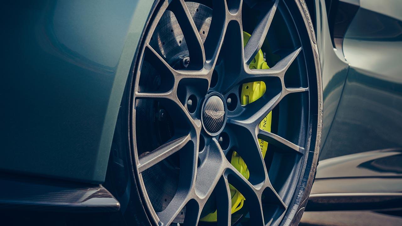 Aston Martin Vantage AMR - Reifen mit gelben Bremssattel