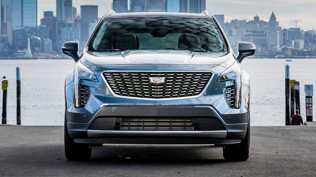 Cadillac XT4 Launch Edition Sport - Frontansicht am Meer