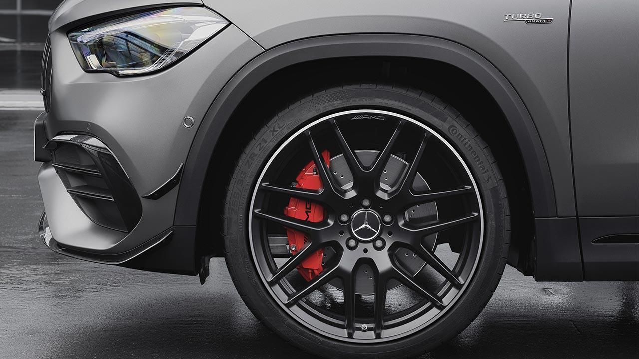 Mercedes-AMG GLA45 S 4MATIC - Voderrad mit rotem Bremssattel