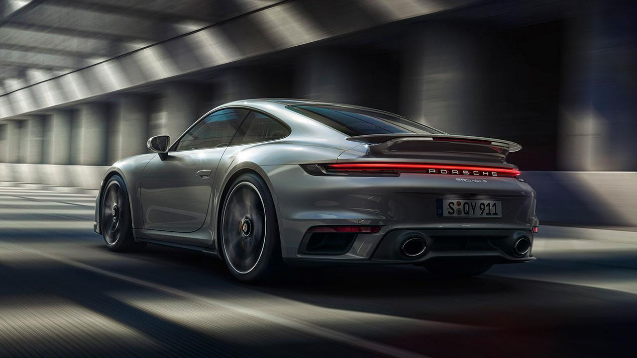 Porsche 911 Turbo S - Heckansicht bei voller Fahrt