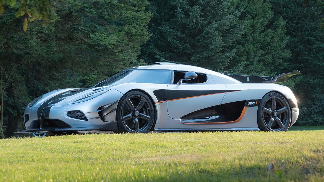 Koenigsegg One:1 - Seitenansicht im Park