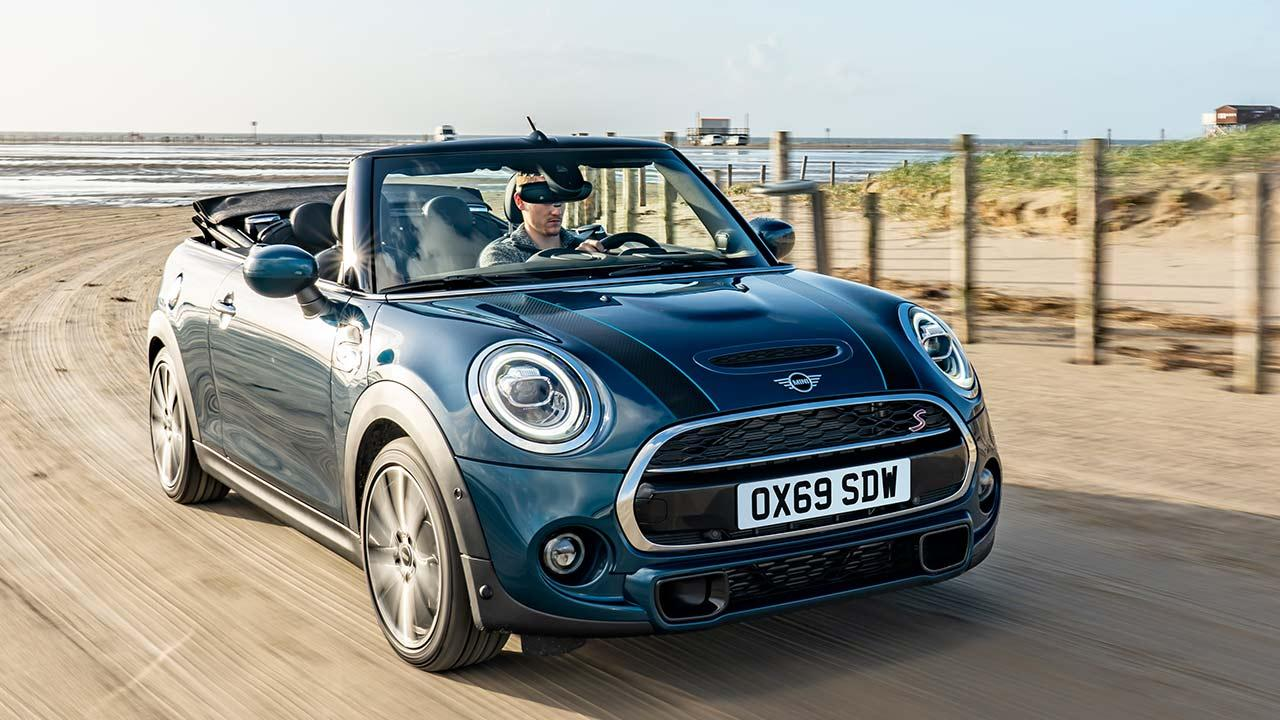 MINI Sidewalk Convertible - Frontansicht am Strand