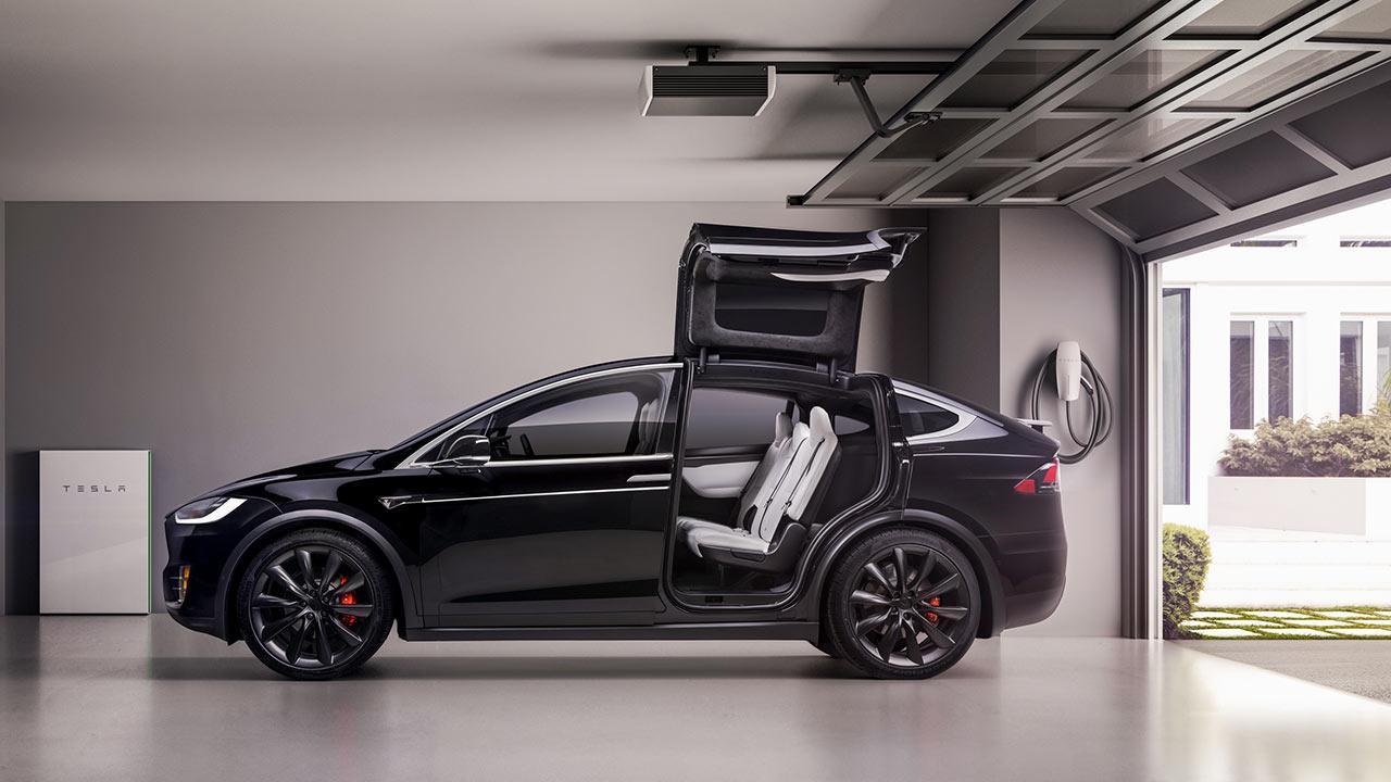 Tesla Model X - aufgeklappte Türen