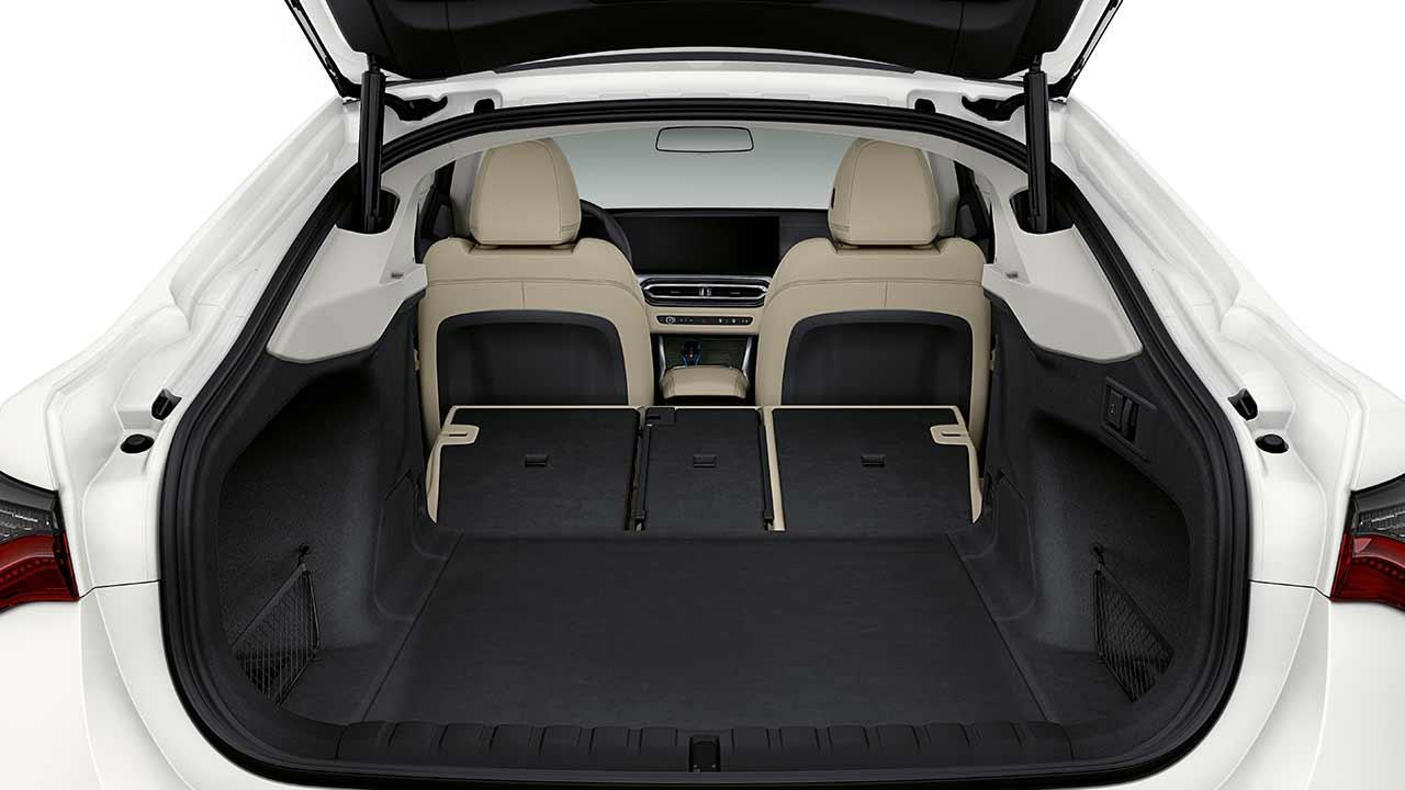 Der BMW i4 - offene Hecktür