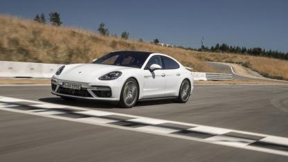 Porsche Panamera Turbo S E-Hybrid - über die Ziellienie
