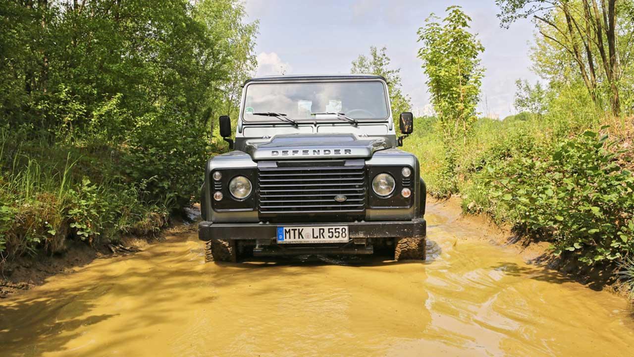 Land Rover Defender - im hohen Wasser
