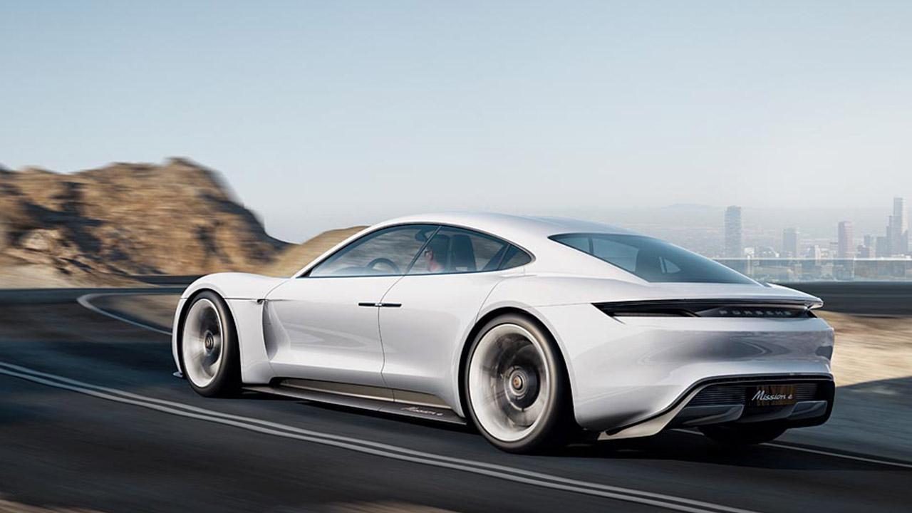 Porsche Taycan Misson E -  seitliche Rückansicht