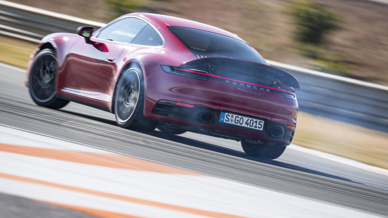 Porsche 911 Carrera (992) - Heckansicht in rot