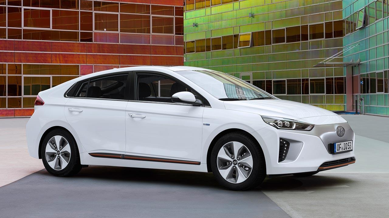 Hyundai Ioniq Elektro - Seitenansicht am Hof