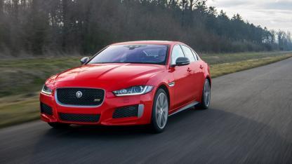 Jaguar XE - Frontansicht - auf der Landstraße
