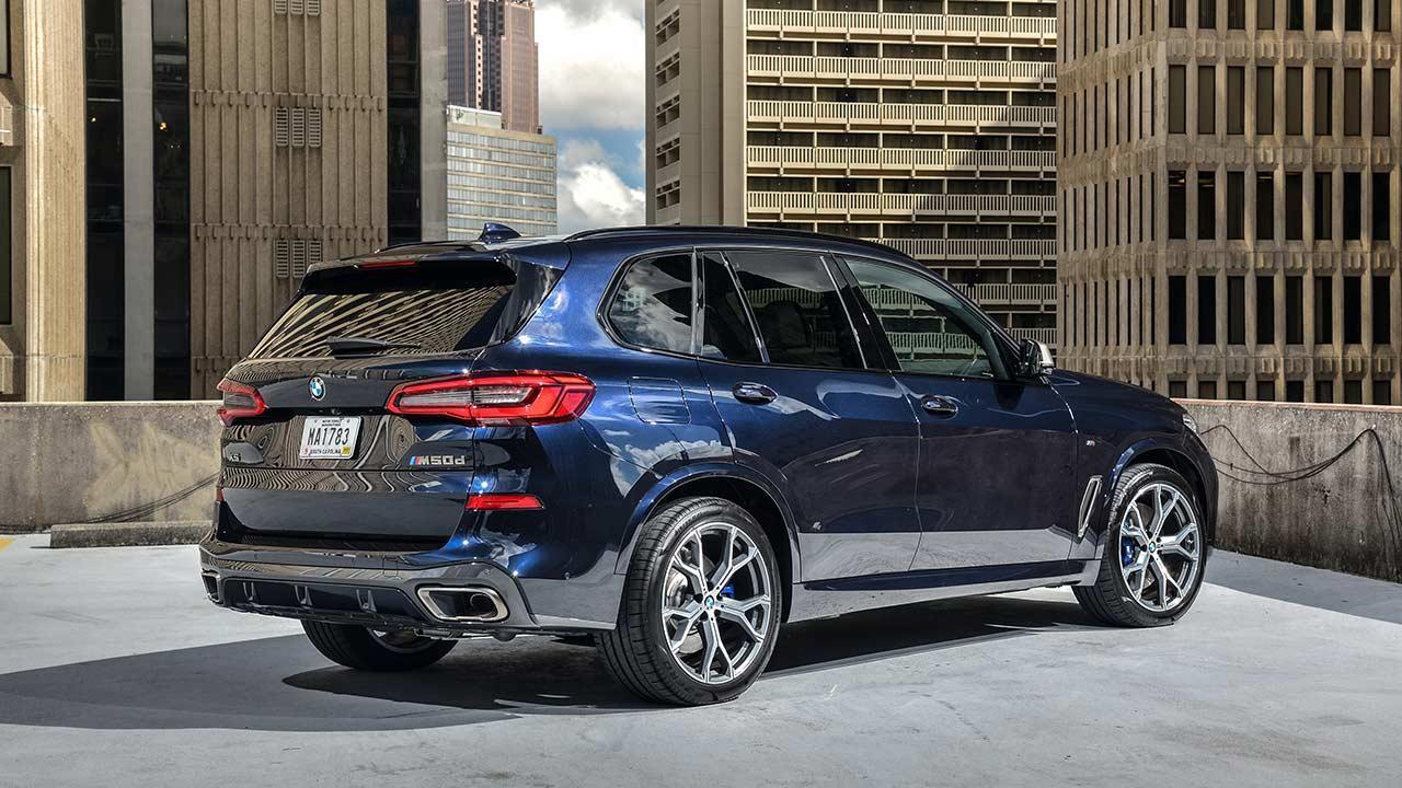 BMW X5 M50d - seitliche Rückansicht