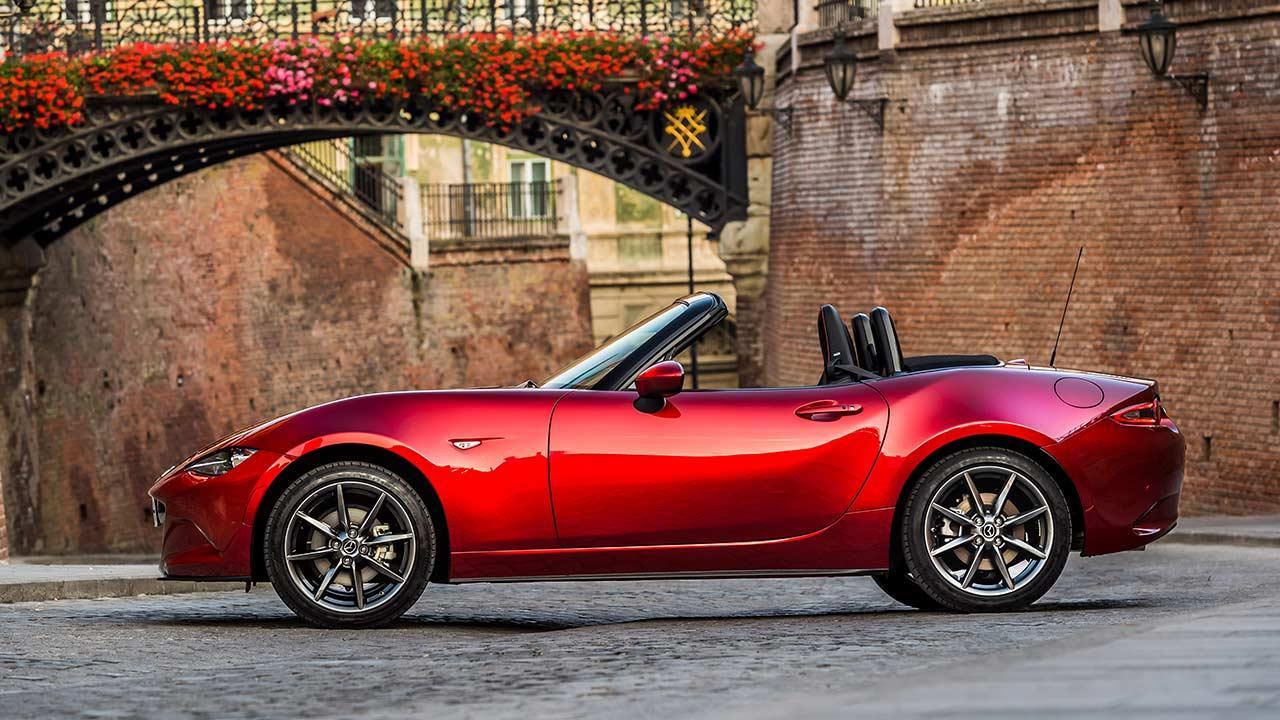 Mazda MX-5 Sondermodell 2019 - Seitenansicht in der Stadt