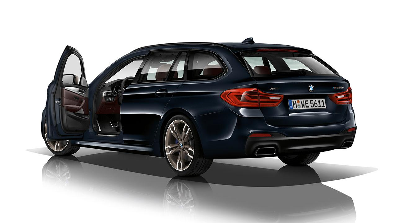 BMW M550d xDrive Touring - seitliche Heckansicht