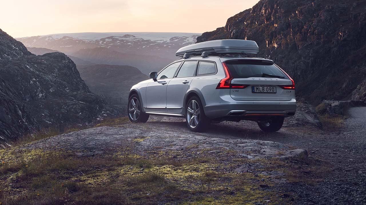 Volvo V90 Cross Country - am Berg